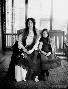 Photo of Titanic survivors Charlotte Collyer and her 7 year old daughter Marjorie. Collyer died on the Titanic with the family's money. The Colleyers were left destitute in America with support from Titanic relief funds. Old Pictures, Old Photos, Vintage Pictures, Titanic Sinking, Titanic Survivors, Interesting History, Portraits, Women In History, Black And White