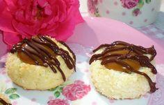 Vynikající kokosové sušenky plněné karamelem a přelité čokoládovou polevou. Mňam!