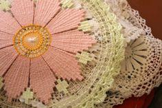 Tenerife lace | Renda Tenerife ou Renda Sol: Soles de Maracaibo, Zulia, Venezuela Bead Embroidery Patterns, Weaving Patterns, Lace Patterns, Ribbon Embroidery, Filet Crochet, Crochet Motif, Crochet Lace, Tenerife, Needle Lace