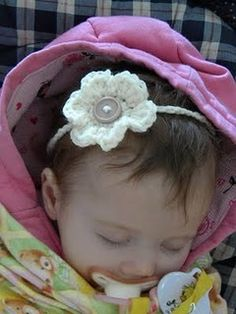 For Isla (the actual pattern via this pin) Knotty Knotty Crochet: Little Lizzy's Headband FREE PATTERN Crochet Bebe, Knit Or Crochet, Cute Crochet, Crochet For Kids, Crochet Crafts, Crochet Projects, Irish Crochet, Yarn Projects, Easy Crochet