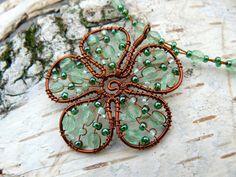 Kytka svěží zelená Květina je vyrobena z měděného lakovaného drátku a skleněných korálků, průměr je 4 cm. Délka náhrdelníku je 44 cm. Na přání je možné délku upravit adjustačním řetízkem. Kytku je možné vyrobit v různých barevných kombinacích - již prodané si můžete prohlédnout zde: pomerančová, čokoládová, lesní, červená, smaragdová, ...