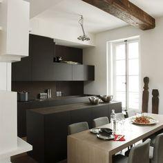Une touche de chic dans ma cuisine avec des meubles couleur noir mat.