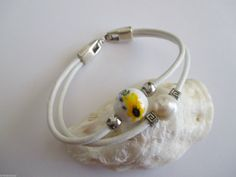 Pulsera cuero blanco perla río,cerámica,fornituras y cierre baño plata