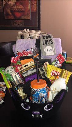 Diy Halloween Gifts, Halloween Gift Baskets, Scary Halloween Decorations, Spooky Halloween, Halloween Date, Halloween Inspo, Halloween Desserts, Fall Gift Baskets, Halloween Care Packages