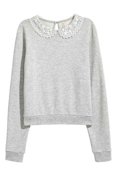 Long-sleeved top in light sweatshirt fabric with a rounded lace collar and an opening with a button at the back of the neck. Ribbing at the cuffs and hem. Collared Sweatshirt, Sweatshirt Refashion, Outfits For Teens, Girl Outfits, Cute Outfits, H&m Fashion, Fashion Outfits, Lace Collar, T Shirts For Women