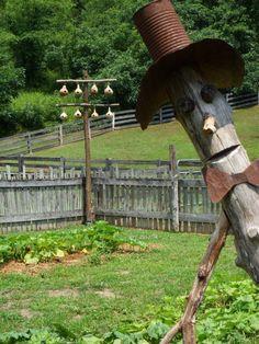 Seven Gates Farm - fence post man (Diy Garden Art) Garden Whimsy, Garden Junk, Garden Crafts, Garden Projects, Outdoor Art, Outdoor Gardens, Farm Fence, Rustic Fence, Fence Art