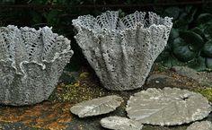Virkade tabletter doppade i betong, som fått hänga över burkar och skålar. Glädjekällans Trädgårdsblogg: Idéer och betonggjutning….