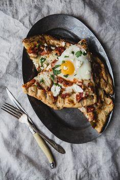 Grilled Shakshuka Pizza with Tomato, Feta, Pepper & Egg #familydinner #pizza