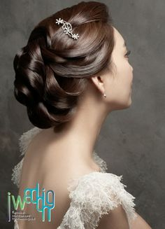 Bride's loose chignon bridal hair ideas Toni Kami Wedding Hairstyles ♥❸ Bridal Hairstyle For Reception, Bridal Hairdo, Hairdo Wedding, Bridal Hair And Makeup, Hair Makeup, Wedding Makeup, Wedding Bride, Wedding Reception, Wedding Ideas
