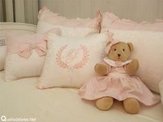 Enxoval de bebê rosa com pérolas. Little Girl Rooms, Little Girls, Kit Bebe, Baby Embroidery, Baby Room Decor, Dress Making, Bedding Sets, Stitch Patterns, Teddy Bear