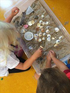 """Wil je de kinderen lekker laten spelen en tegelijkertijd op een spelenderwijze manier de letters aanbieden? Kleuters die al """"gretigheid"""" naar letters krijgen, gaan vanzelf hun naam of andere woordjes leggen met de schelpen.@mijnhartje"""
