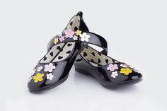 Todas desde muy pequeños soñamos con unos zapatos así.  Un diseño de  Disney negros con flores amarillas acompañados con una balaca a0 juego de estos. De Daywen.
