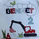 Geburtstagshirt mit Namens-Applikation, Geburtstagszahl und Bagger.  Im Preis sind 4 Buchstaben enthalten, jeder weitere kostet 1,50 €.