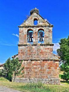 Valoria de Aguilar, provincia de Palencia - Detalle de la espadaña románica de la iglesia de San Miguel