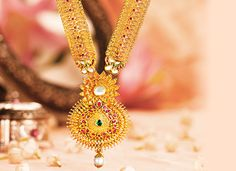 The floral motif at the centre of this exquisite neck piece makes it a stunner all the way.