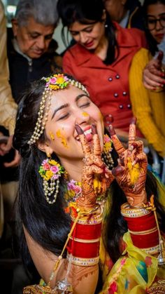 Indian Bride Photography Poses, Indian Bride Poses, Indian Wedding Poses, Indian Bridal Photos, Wedding Couple Poses Photography, Bridal Photography, Bridal Poses, Bridal Photoshoot, Couple Wedding Dress