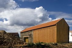 Fernando Guerra / FG+SG is a photographer of architecture based in Lisbon, Portugal. Contemporary Architecture, Amazing Architecture, Architecture Details, Wood Cladding Exterior, Small House Exteriors, Portugal, Hay Barn, Modern Barn, Old Barns