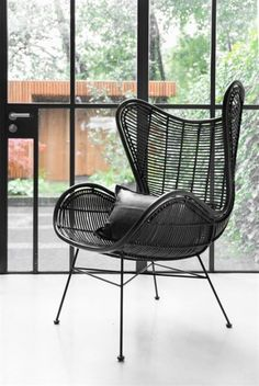 Rotan egg chair black with concrete floor / Living Roots