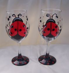 Painting on Glass Carbs In Beer, Sangria Wine, Hand Painted Wine Glasses, Diy Wine Glasses, Wine Glass Holder, Wine Bottle Crafts, Wine Bottles, Ladybugs, Faux Vitrail