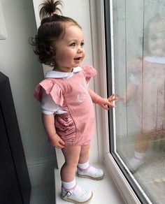 tag your friend Cute Baby Boy, Cute Kids, Cute Babies, Newborn Girl Outfits, Kids Outfits Girls, Baby Sister, Mom And Baby, Cute Baby Pictures, Baby Photos