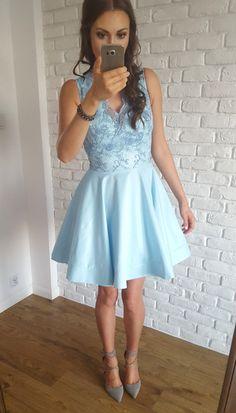 Błękitna sukienka z tiulem oraz ozdobną górą