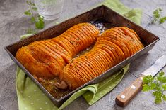 How to make perfect smoke-roasted hasselback potatoes! Plus tips on how to use the hasselback technique on other vegetables and fruits. Hasselback Potatoes, Sliced Potatoes, Peruvian Potatoes, Sauce Recipes, Cooking Recipes, Cooking Tips, Grilling Sides, Pesto Sauce, Caramelized Onions