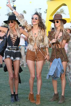 Leggy Alessandra Ambrosio rocks skimpy suede shorts at Coachella The Victoria's Secret Angel was the ultimate boho babe as she showcased her cool sense of style in a festival-appropriate ensemble on Friday. Festival Looks, Festival Mode, Festival Wear, Summer Music Festivals, Music Festival Outfits, Music Festival Fashion, Fashion Music, Coachella Festival, Hippie Festival