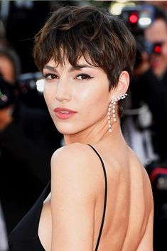 The pixie cut is the new trendy haircut! Put on the front of the stage thanks to Pixie Geldof (hence the name of this cup!), Many are now women who wear this short haircut. New Short Haircuts, Short Hairstyles For Women, Cropped Hair Styles For Women, Pixie Cut With Bangs, Short Hair Cuts, Dark Pixie Cut, Short Cropped Hair, Best Pixie Cuts, Cute Pixie Cuts