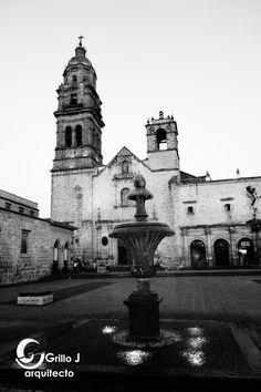 Fuente y al fondo Rectoría San Agustín, Morelia, México