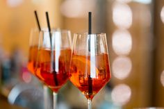 Aperol Spritz - the best recipe- Aperol Spritz – das beste Rezept Aperol Spritz is not only a popular aperitif, it also looks like a sunset in the glass and evokes memories of the holiday in Italy. Vodka Cocktails, Summer Cocktails, Cocktail Drinks, Cocktail Recipes, Alcoholic Drinks, Aperol Drinks, Aperol Soda, Drink Tags, Long Drink