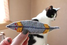 39 DYI gifts that don't suck!  This Catnip Feather Toy is adorable, there are lots of other cute ideas in here. It will be great for my friends birthday coming up