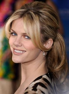 Brooklyn Decker Ponytail - Brooklyn opted for a ponytail and face framing bangs at the premeire of 'Just Go With It'. New Long Hairstyles, Side Swept Hairstyles, Classic Hairstyles, Hairstyles With Bangs, Brooklyn Decker Hair, Pear Shaped Face, Face Framing Bangs, Beach Blonde Hair, Medium Hair Styles