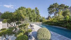 Piscine 13,80 x 4,40 m Revêtement gris anthracite Escalier droit sur la largeur Margelles et plage en ipé Trophée d'or FPP 2015 de la piscine familiale de forme angulaire