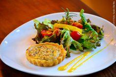 La Comédie (jantar)    Mini quiche de castanha com gorgonzola com salada de tomate cereja ao molho de manga