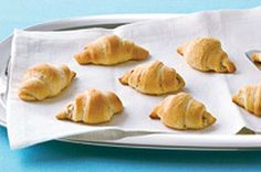 Cream Cheese Bacon Crescent Rolls - Create a delicious appetizer using three ready-made ingredients. What could be easier? I use real bacon, instead of bacon bits. Bacon Appetizers, Quick Appetizers, Easy Appetizer Recipes, Kraft Recipes, Croissants, Crescent Recipes, Cream Cheese Spreads, Lard, Cooking Recipes
