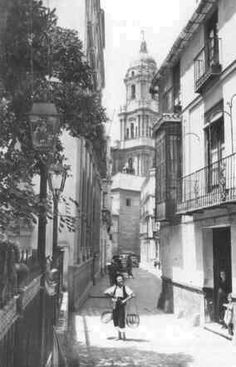 """MALAGA, SPAIN. Vendedor de pescado fresco. Se le llamaba """" El Cenachero """" por los dos cenachos donde portaba  el pescado recorriendo las calles de Málaga. Años 40-60."""