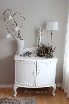 gammel skjenk arvet pusset opp malt farge maling chi vegg hvit lin mønster ornamenter trollhasselgren interiør dekorasjon engel lampe lys lysholder sølv silver