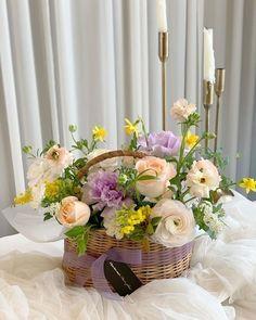 Rose Basket, Flower Baskets, Floral Arrangements, Flower Arrangement, Pretty Flowers, Table Decorations, Garden, Gifts, Bouquets