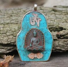 Boeddha Amulet, prachtig versierd met Turkoois, een Boeddha, een 'Ohm'- en een Dorje symbool.  Het amulet heeft een afmeting van 3,5 x 5 cm, is handgemaakt van Tibetaans zilver en afkomstig uit Nepal.