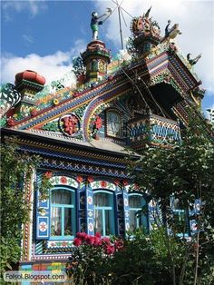 Architecture ( Colorful House-A psychedelic house of Russian blacksmith in a Russian village near Yekaterinburg city (Kunar village, Ural, Russia). Architecture Cool, Russian Architecture, Sustainable Architecture, Victorian Architecture, Classical Architecture, Beautiful Buildings, Beautiful Homes, Beautiful Places, Unusual Buildings