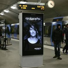 A la modelo se le alborota el pelo, cuando el metro entra en el anden. http://www.marketingdirecto.com/especiales/publicidad-exterior-especiales/a-los-modelos-de-estos-anuncios-interactivos-se-les-alborota-el-pelo-cuando-un-tren-entra-en-la-estacion/