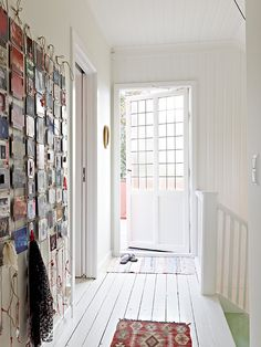 I really love this picture display on the wall!    La maison d'Anna G.: Björlandavägen