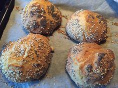 Dinkel-Buttermilch Weckerl mit Sesam & Mohn #waskochen #snacks #dinkel Butter, Snacks, Bread, Sheet Pan, Backen, Delicious Dishes, Poppy, Easy Meals, Brot