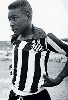 """""""Essa foi a primeira vez que eu vesti a camisa do Santos, em 1956, aos 15 anos. Olha minha cara de tristeza... Eu pensava: 'Caramba, será mesmo que eu vou ficar aqui?' Estava com saudade da Neusinha."""" Robert Redford, Neymar, Fifa, Football, Culture, Football Squads, Football Players, Friends, Historical Photos"""