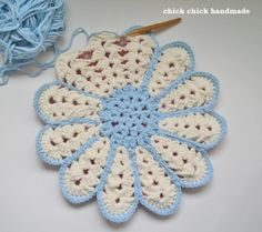 Crochet Flower Chair Pad made by chick chick sewing. Pattern here http://www.amuuse.jp/alacarte/files/pdf/item/enza/h303-122.pdf