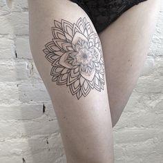 Motif florale et géométrique tatoué sur la cuisse -Sasha Masiuk-