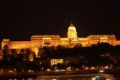 -ארמון המלך ארמון מרתק זה, הנמצא בגבעת המצודה, מארח את מוזיאון ההיסטוריה של בודפשט ואת והגלריה הלאומית. הארמון מעוצב בסגנון ניאו-קלאסי ומכיל אלמנטים מתקופת הבארוק וכן אלמנטים גותיים. במהלך השנים עבר הארמון תהפוכות רבות, נבנה ונהרס מחדש מספר פעמים ואף שימש כמפקדה של כוחות הצבא הנאצי במהלך מלחמת העולם השניה. כתובת: Tancsics Mihaly utca 1, Budapest