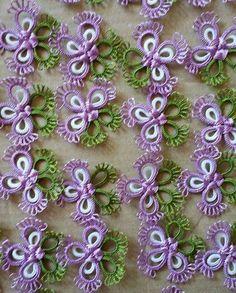 ****Center wrapping is unusual**** Crochet Flower Patterns, Tatting Patterns, Crochet Flowers, Tatting Earrings, Tatting Jewelry, Needle Tatting, Tatting Lace, Freeform Crochet, Irish Crochet