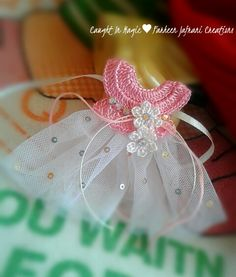 Mini tulle dress fridge magnet ♥♥ Baby Shower Souvenirs, Baby Shower Favors, Baby Boy Shower, Diy Craft Projects, Crochet Projects, Diy And Crafts, Diy Crochet, Crochet Baby, Bjd Doll