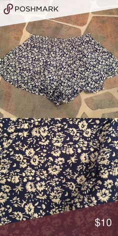 En Creme Foley floral shorts Never been worn. Was a gift so no tags! Navy and cream flows shorts en creme Shorts